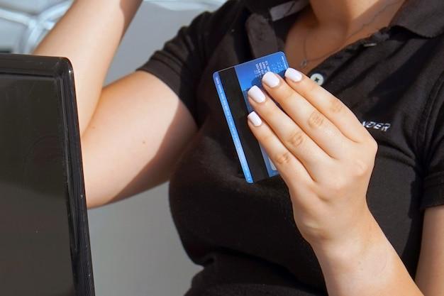 Przesuwając kartę kredytową w czytniku