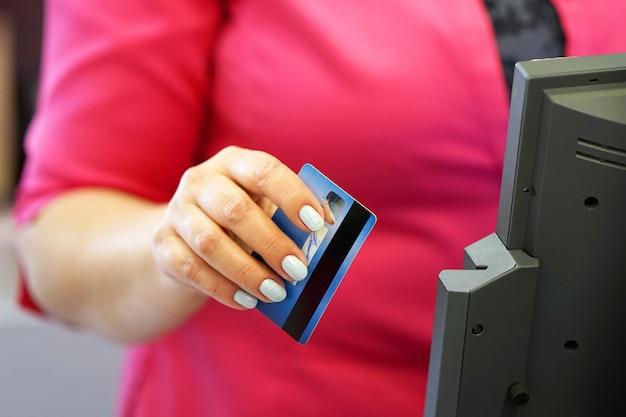 Przesuwając kartę kredytową w reade