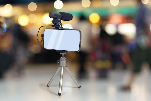 Przesyłanie strumieniowe wideo na żywo za pomocą inteligentnego telefonu i narzędzia mikrofonowego.