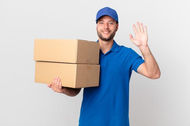 Przesyłka dostarcza mężczyznę uśmiechniętego radośnie, machającego ręką, witającego i witającego