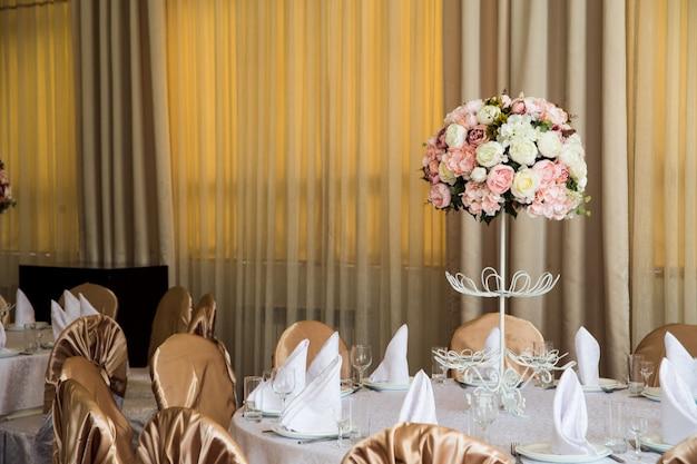 Przetargu różowy bukiet kwiatów na stole bankietowym