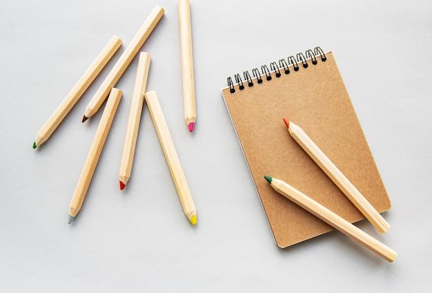 Przetwarzaj notatnik i ołówki