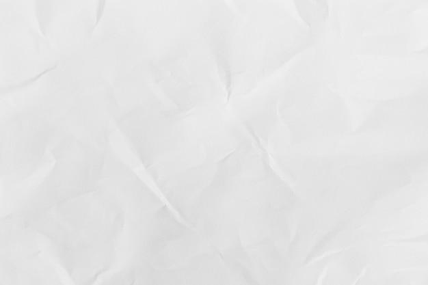 Przetworzony biały pomarszczony papier w tle lub kartonowa powierzchnia z opakowania papierowego