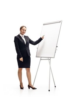 Przewijany telefon. młoda kobieta, księgowy, analityk finansowy lub booker w garniturze na białym tle na białym studio