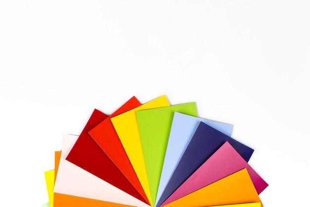 Przewodnik po palecie kolorów do druku. przewodnik po katalogu próbek farb. zbliżenie próbki koloru przeciwko