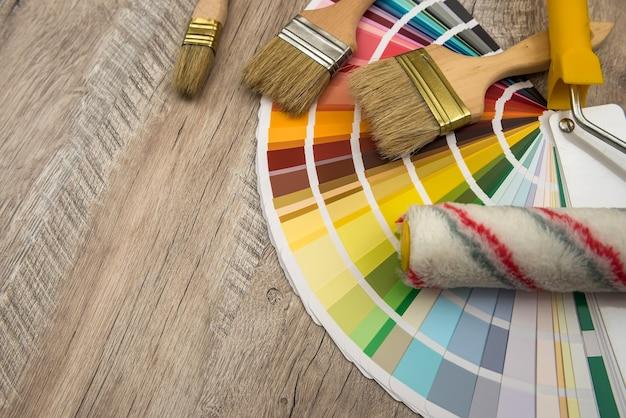 Przewodnik po palecie kolorów i wałek do malowania na płycie drewnianej