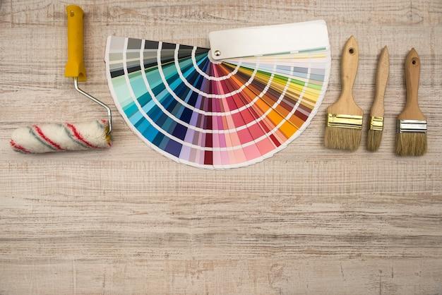 Przewodnik Po Palecie Kolorów I Wałek Do Malowania Na Płycie Drewnianej Premium Zdjęcia