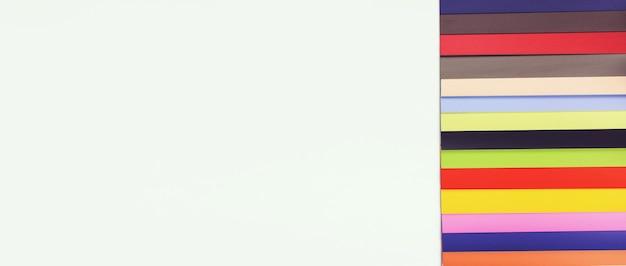 Przewodnik po palecie kolorów katalogu próbek farb. książka próbek kolorów. próbki kolorów płytek.