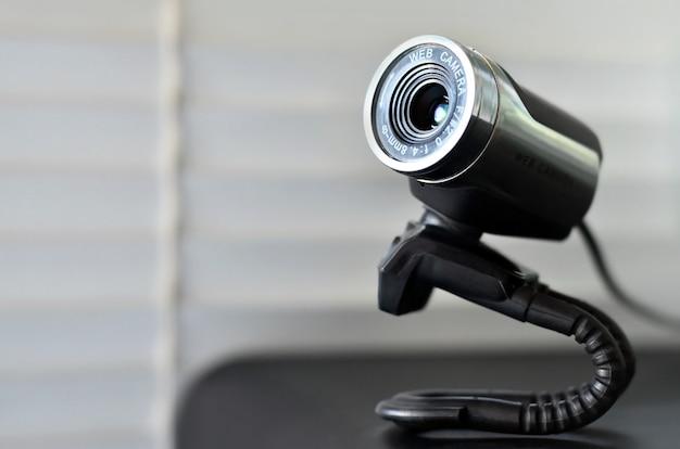 Przewodowa kamera internetowa leżąca na powierzchni komputera. zamknąć widok
