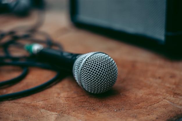 Przewodowy mikrofon do wokali na drewnianym stole