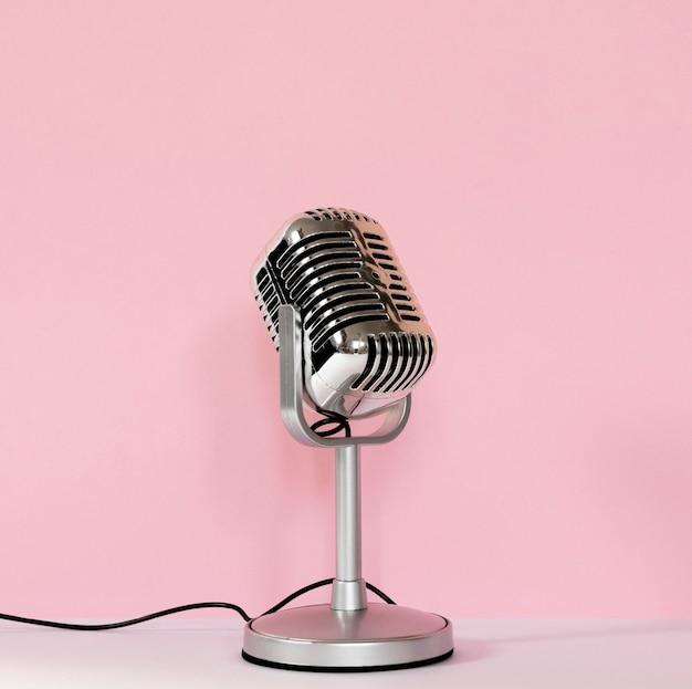 Przewodowy mikrofon z różowym tłem