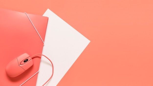 Przewodowy papier myszy i pomarańczowy folder z elastycznym zamknięciem