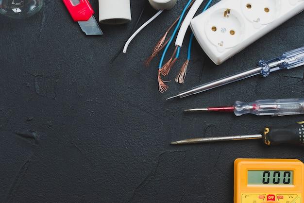 Przewody, śrubokręty i multimetr