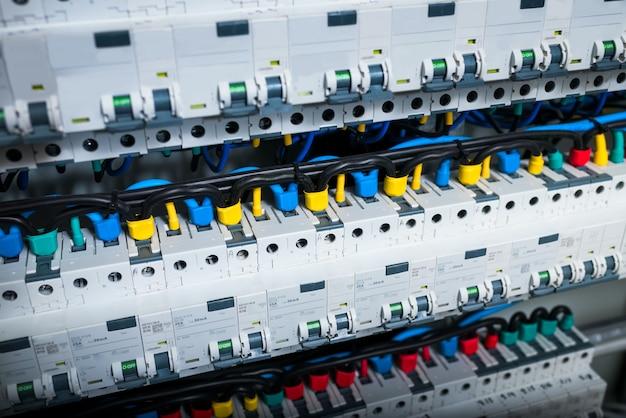 Przewody w panelu elektrycznym w pudełku