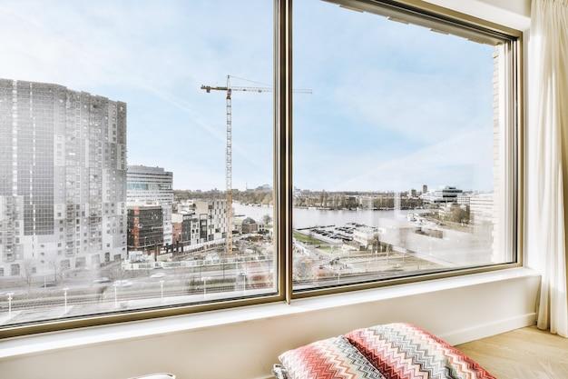 Przez okno płaski widok na budynki mieszkalne w sąsiedztwie miasta