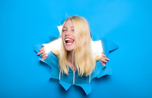 Przez papier reklamowy czarny piątek seksowna dziewczyna patrząca przez dziurę w zniżce sprzedaży sezonu papieru