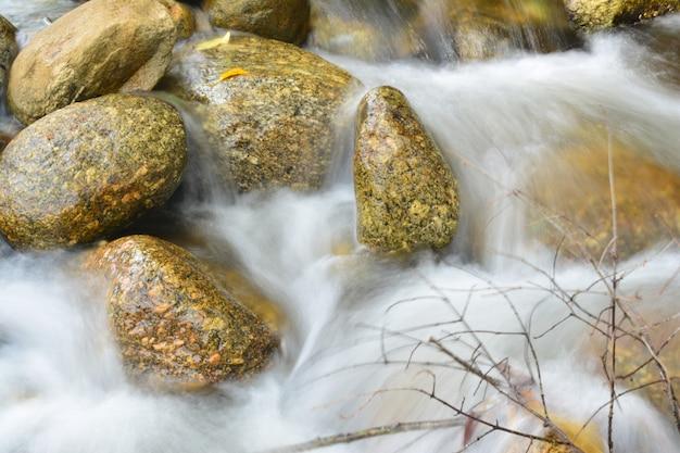 Przez skały przepływa piękny wodospad