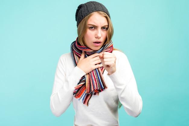 Przeziębienie i grypa. portret pięknej nastolatki z kaszlem i bólem gardła mdłości w pomieszczeniu