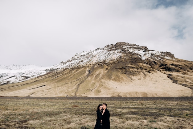 Przeznaczenie islandia ślub para ślubna na tle zaśnieżonych gór panna młoda i pan młody w