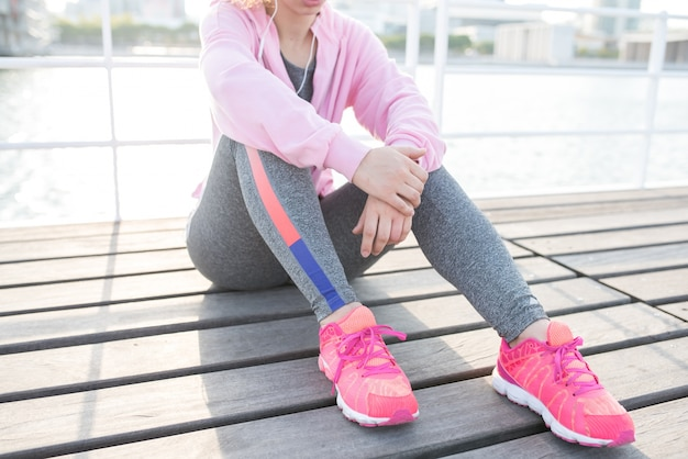 Przeznaczone do walki radioelektronicznej sportowy dziewczyna słuchanie muzyki na świeżym powietrzu