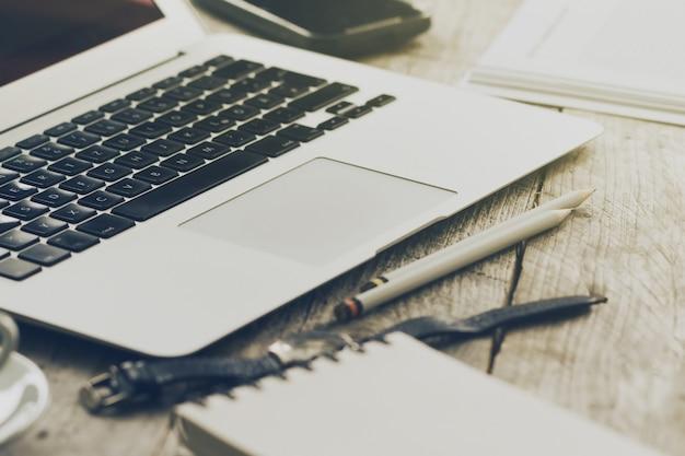 Przeznaczone do walki radioelektronicznej z obszaru roboczego z nowoczesnych komputera przenośnego creative, filiżankę kawy i ołówków. poziomej z miejsca na kopię.