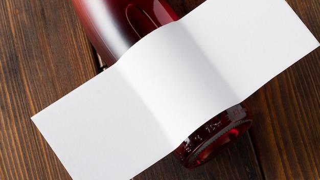 Przezroczysta butelka wina z pustą etykietą
