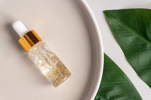 Przezroczysta butelka z serum kosmetycznym