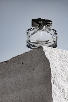 Przezroczysta butelka zapachowa na szarym bloku. żużel z bliska