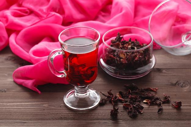 Przezroczysta filiżanka herbaty z hibiskusa