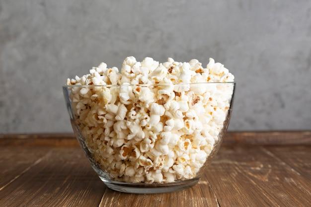 Przezroczysta miska z popcornem