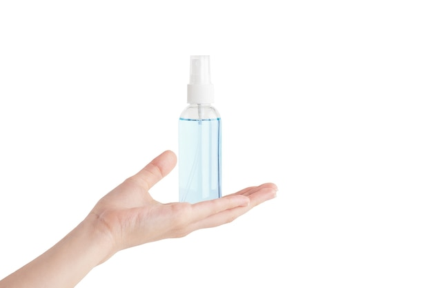 Przezroczysta plastikowa butelka ze środkiem dezynfekującym na kobiecej dłoni. niemarkowy pojemnik na produkty antyseptyczne, dozownik.