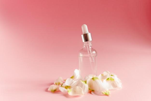 Przezroczysta szklana butelka z kroplomierzem kwasu hialuronowego.