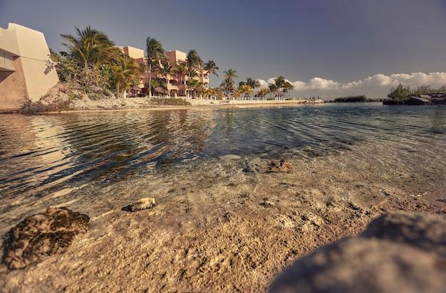 Przezroczysta woda morza karaibskiego otwiera widok na piękną panoramę na plaży puerto aventuras na riwierze majów w meksyku