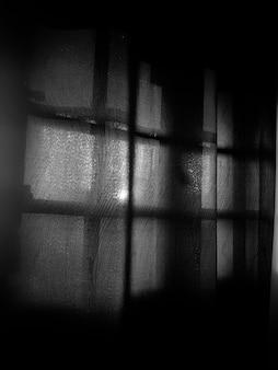 Przezroczysta zasłona na oknie