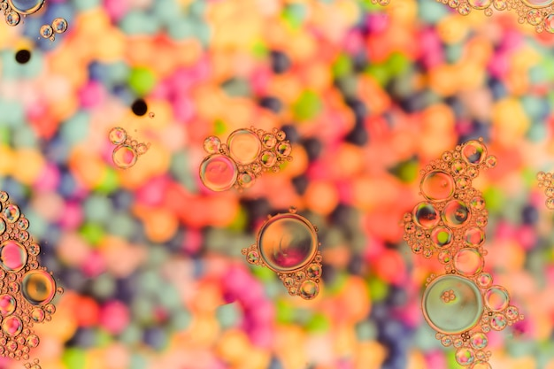 Przezroczyste bąbelki na powierzchni o ciepłej perłowej barwie