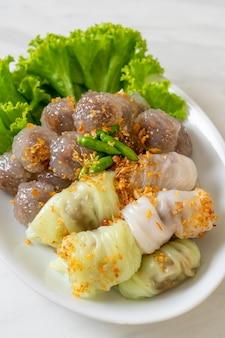 Przezroczyste kulki nazywają się saku sai moo lub gotowana na parze tapioka dumplings ball z nadzieniem wieprzowym i ( kow griep pag mor) pork parcels rice parcels lub steamed rice-skin dumplings