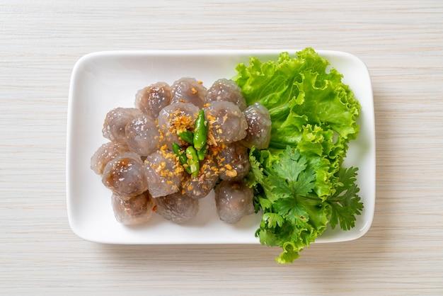 Przezroczyste kulki nazywają się saku sai moo lub kulka pierogi z tapioki na parze z nadzieniem wieprzowym