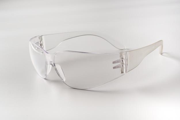Przezroczyste okulary do celów laboratoryjnych na białym tle