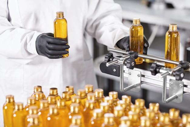 Przezroczyste plastikowe butelki wypełnione żółtą substancją