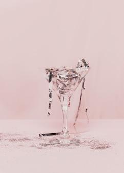 Przezroczyste szkło wypełnione srebrnym świecidełkiem