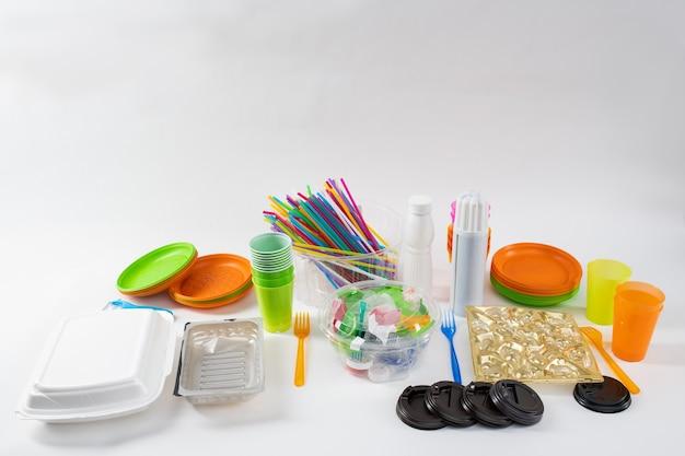 Przezroczysty pojemnik. kilka różnych rzeczy codziennego użytku stojących razem i wykonanych z plastiku