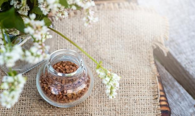 Przezroczysty słoik do produktów sypkich z suszoną kaszą gryczaną.
