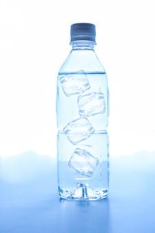 Przezroczysty zimny napój woda w plastikowej butelce