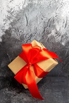 Przód bliska widok prezent na boże narodzenie z czerwoną wstążką