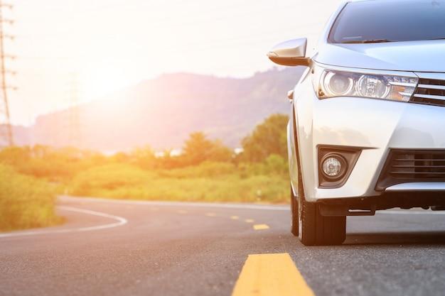 Przód nowy srebny samochodowy parking na asfaltowej drodze