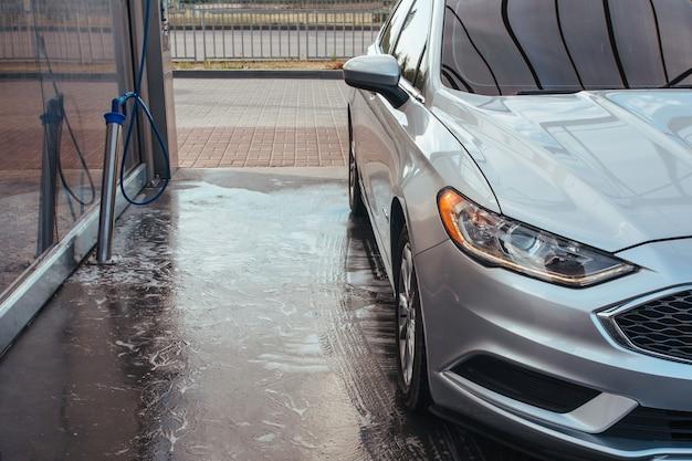 Przód samochodu w myjni samoobsługowej