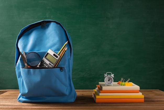 Przód stylowego plecaka szkolnego i akcesoriów biurowych