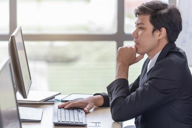 Przy biurku młodzi biznesmeni są zestresowani