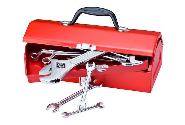 Przybornik metalowy czerwony i narzędzia na białym tle