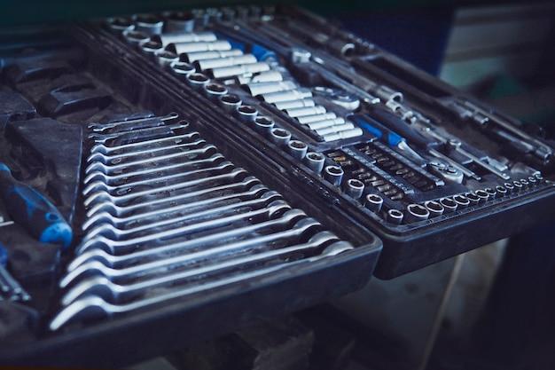 Przybornik. zestaw narzędzi z wewnętrznymi przegrodami na klucze, klucze oczkowe, młotek, szczypce, śrubokręty, klucze, wkręty, śruby